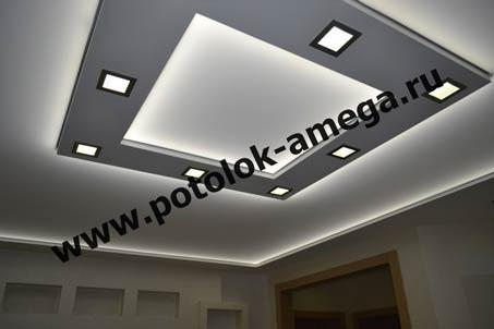 Натяжной потолок с люстрой и встроенными светильниками | 302x453